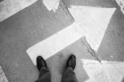 Hombre del Urbanite en stans brillantes de los zapatos en flecha Foto de archivo libre de regalías