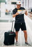 Hombre del viajero con equipaje y mapa en la estación de tren concepto del recorrido fotos de archivo
