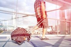 Hombre del viajero en el aeropuerto internacional que se mueve a la puerta terminal fotografía de archivo libre de regalías