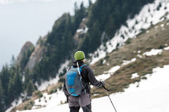 Hombre del viajero en las montañas Concepto del viaje de la forma de vida del deporte Fotografía de archivo