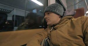 Hombre del viajero que viaja en tren por la tarde del invierno almacen de metraje de vídeo