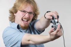 Hombre del videojugador que sostiene el cojín del juego Imagenes de archivo