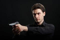 Hombre del yuong de la foto con el arma imagenes de archivo