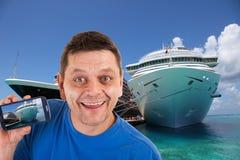 Hombre delante de dos barcos de cruceros Foto de archivo libre de regalías