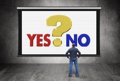 Hombre delante de la pantalla con el signo y opción en medio sí y No. grandes de interrogación Imágenes de archivo libres de regalías