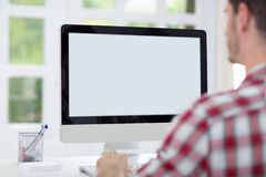 Hombre delante de la pantalla de ordenador Foto de archivo libre de regalías