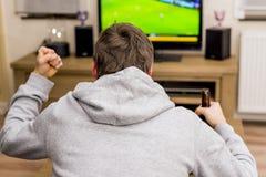 Hombre delante de la TV Fotos de archivo