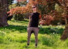 Hombre delante de un árbol en parque Fotografía de archivo