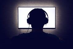 Hombre delante de un monitor en blanco Fotografía de archivo libre de regalías