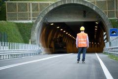 Hombre delante del túnel Imagenes de archivo