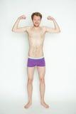 Hombre delgado que muestra los músculos Imagenes de archivo