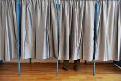 Hombre dentro de una cabina de votación Imágenes de archivo libres de regalías