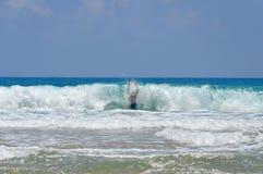 Hombre dentro de una onda grande foto de archivo libre de regalías