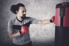Hombre deportivo del Afro que hace ejercicio del boxeo Imagenes de archivo