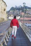 Hombre deportivo irreconocible que camina a lo largo de la orilla imagenes de archivo