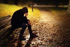 Hombre deprimido en banco Foto de archivo libre de regalías