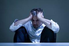 Hombre deprimido en el trabajo Imagen de archivo