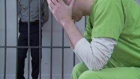 Hombre deprimido en la prisión almacen de metraje de vídeo