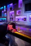 Hombre deprimido que come whisky en el contador de la barra Foto de archivo libre de regalías