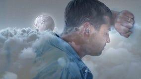 Hombre deprimido que inclina su cabeza en la pared almacen de video