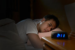 Hombre deprimido que sufre de insomnio foto de archivo libre de regalías