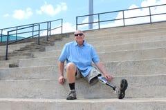 Hombre derecho con la pierna prostética, detalle fotografía de archivo