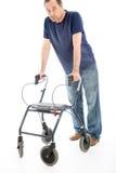 Hombre desanimado que se inclina en caminante médico imagen de archivo libre de regalías