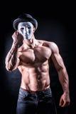 Hombre descamisado del músculo con la máscara espeluznante, asustadiza fotografía de archivo libre de regalías