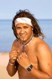 Hombre descamisado en la playa Foto de archivo libre de regalías