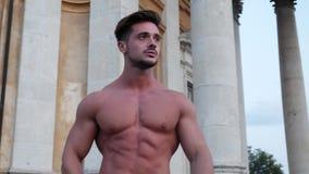 Hombre descamisado muscular hermoso en ciudad europea almacen de video