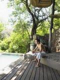 Hombre descamisado que disfruta de la opinión sobre terraza Foto de archivo