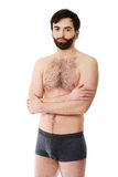 Hombre descamisado sonriente con los brazos doblados Fotos de archivo libres de regalías