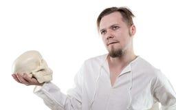 Hombre desconcertado con el cráneo humano Fotos de archivo