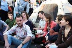 Hombre desconocido en el grupo para protestar la oposición rusa Foto de archivo libre de regalías