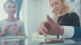 Hombre desconocido que sostiene un finger en la pantalla táctil de la tableta almacen de metraje de vídeo