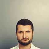 Hombre descontentado con el copyspace vacío imagenes de archivo