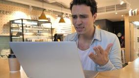 Hombre descontentado, enojado que reacciona a los problemas del trabajo en café almacen de video