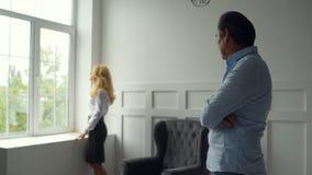 Hombre descontentado que tiene hablar con su esposa metrajes