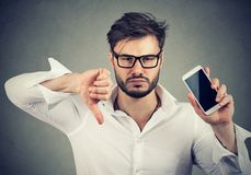 Hombre descontento con la calidad del teléfono móvil del artilugio Fotografía de archivo