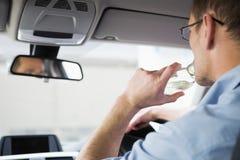 Hombre descuidado que conduce mientras que es borracho Imagen de archivo libre de regalías