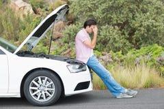 Hombre desesperado después de una avería del coche Imagenes de archivo