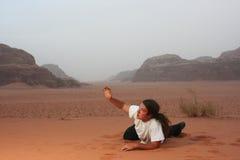 Hombre desesperado en el anhelo del desierto para algo fotos de archivo libres de regalías