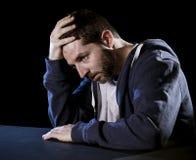 Hombre desesperado que sufre dolor emocional, pena y la depresión profunda Foto de archivo libre de regalías
