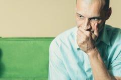 Hombre desgraciado joven que siente presionado mientras que él que piensa en la vida futura Fotografía de archivo