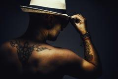 Hombre desnudo con el sombrero imagenes de archivo