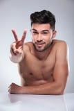 Hombre desnudo que hace la muestra de la mano de la paz de la victoria Fotos de archivo libres de regalías