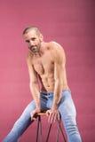 Hombre despreocupado juguetón que plantea el fondo rosado hermoso Imagenes de archivo