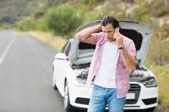 Hombre después de una avería del coche Fotografía de archivo