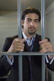 Hombre detrás de barras de la prisión foto de archivo
