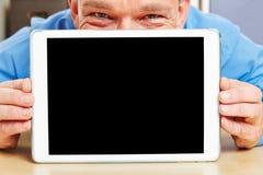 Hombre detrás de la tableta en oficina Fotos de archivo